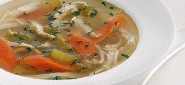 Caldo de pollo casero con verduras